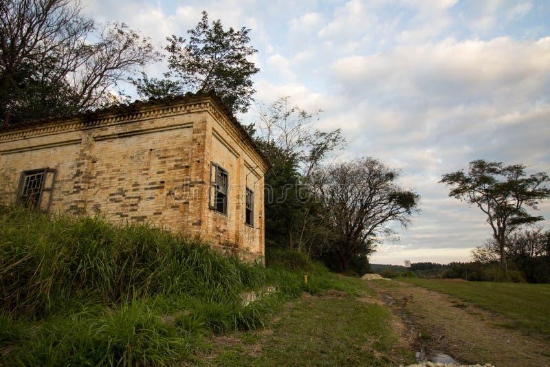 Stary dom w ruinach, miejscu, nieco nawiedzającym i tajemniczym zdjęcia royalty free