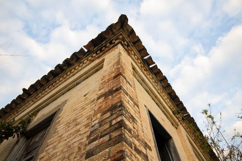 Stary dom w ruinach, miejscu, nieco nawiedzającym i tajemniczym zdjęcie royalty free