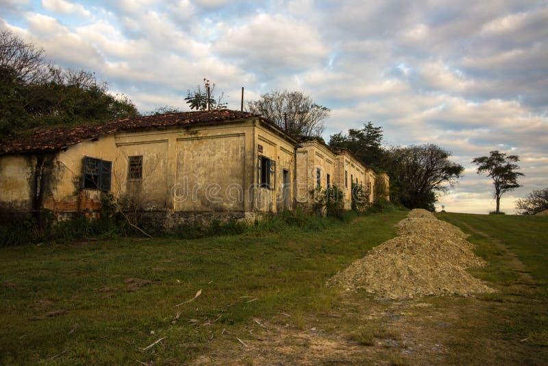 Stary dom w ruinach, miejscu, nieco nawiedzającym i tajemniczym fotografia royalty free