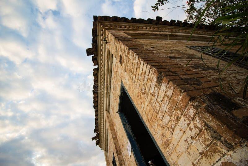 Stary dom w ruinach, miejscu, nieco nawiedzającym i tajemniczym obraz stock