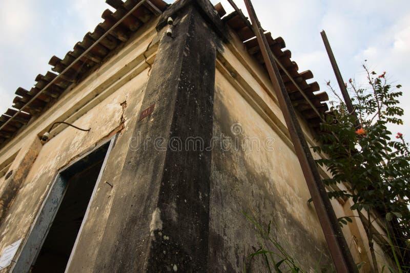 Stary dom w ruinach, miejscu, nieco nawiedzającym i tajemniczym zdjęcia stock