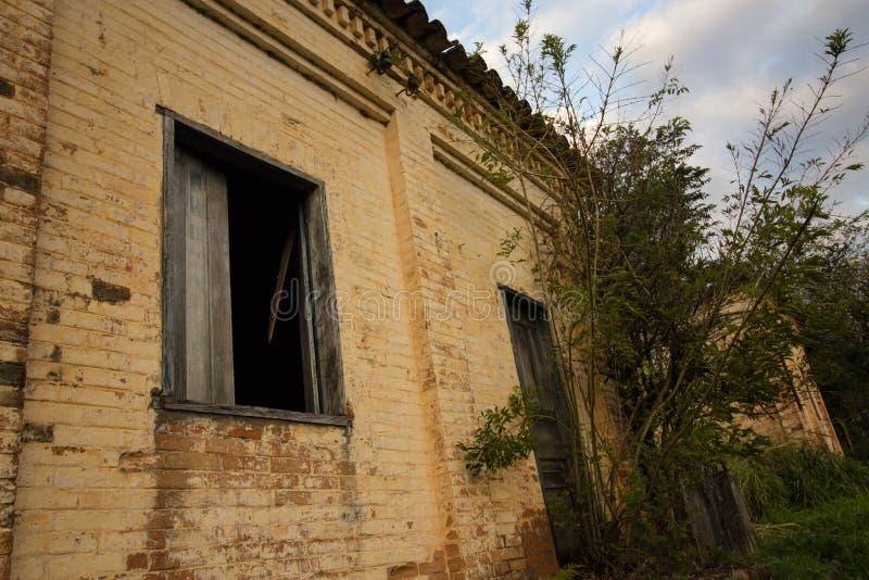 Stary dom w ruinach, miejscu, nieco nawiedzającym i tajemniczym fotografia stock