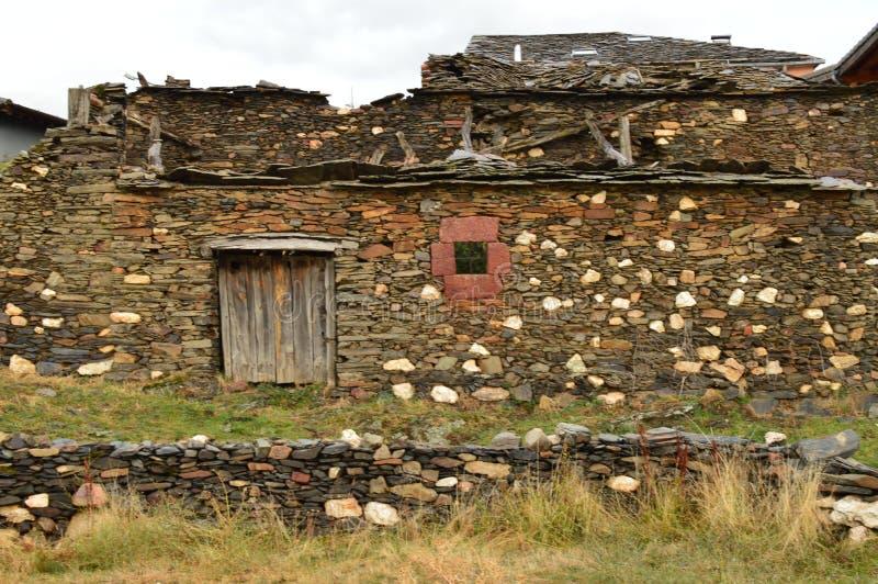 Stary dom xviii wiek Praktycznie Wyburzający W Becerril Budynek architektury podróż obrazy stock
