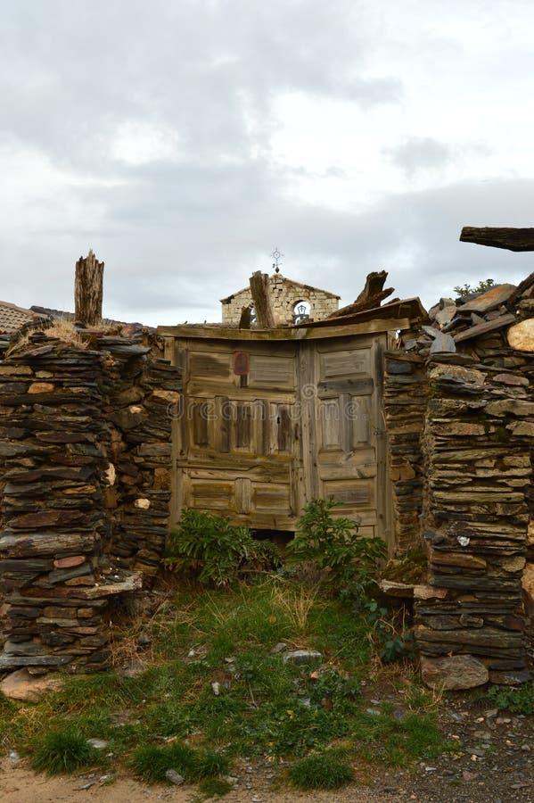 Stary dom xviii wiek Praktycznie Wyburzający W Becerril Jako tło Grodzki Dzwonkowy wierza Budynek architektura zdjęcia royalty free