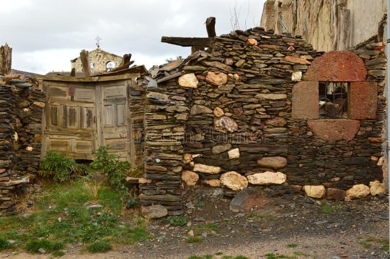 Stary dom xviii wiek Praktycznie Wyburzający W Becerril Jako tło Grodzki Dzwonkowy wierza Budynek architektura zdjęcie royalty free