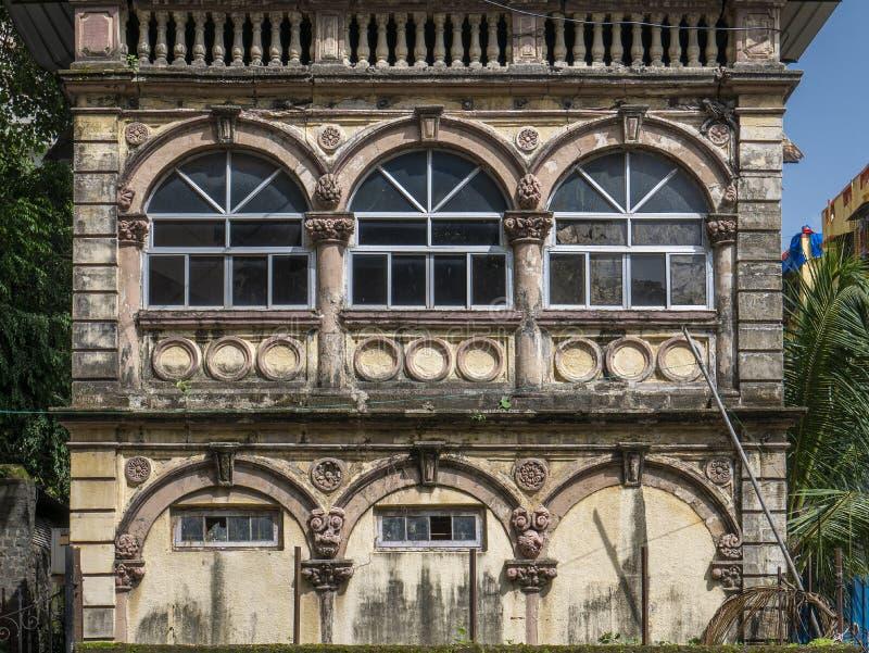 Stary dom z Arched Stucco work design okienko S Rao Road; Parel obrazy royalty free
