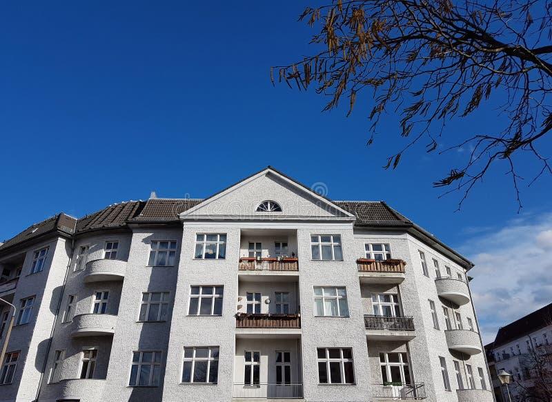 Stary dom z białego kamienia na ulicy w Berlinie obrazy stock