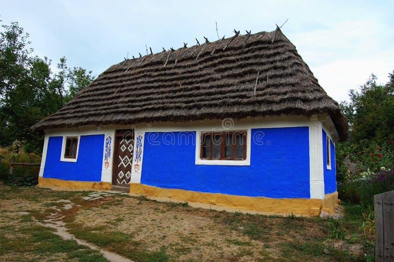 stary dom z słomianym dachem zdjęcia royalty free