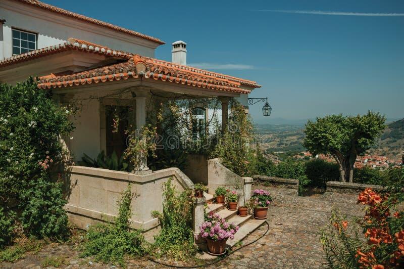 Stary dom z schodkami prowadzi gankowy pełny kwiaty w Monsanto fotografia royalty free