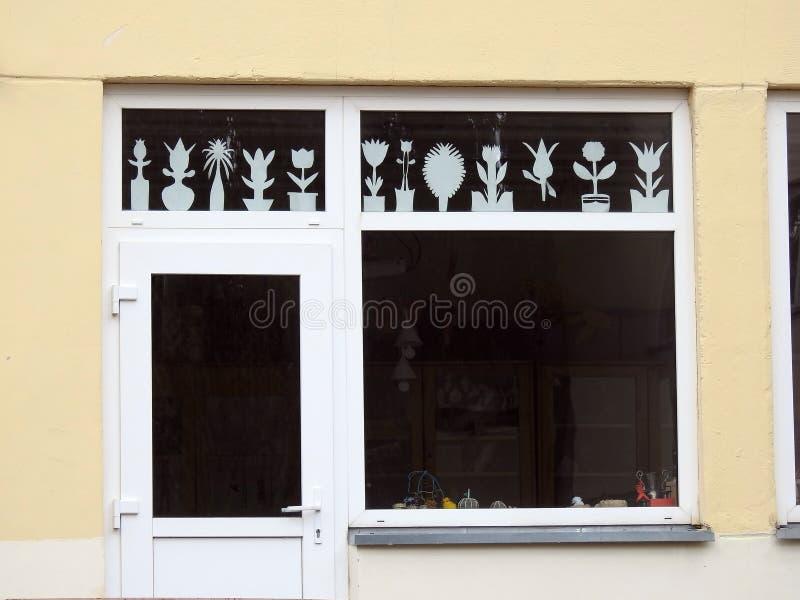 Stary domowy okno z papierowymi kwiatami, Lithuania fotografia royalty free