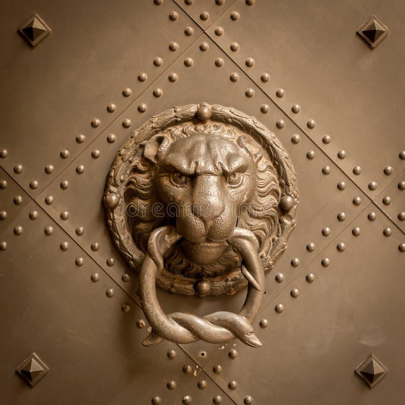 Stary doorknob z portretem lew robić brąz obraz royalty free