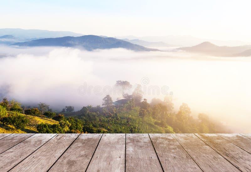 Stary drewniany balkonu taras na punktu widzenia tropikalnego lasu deszczowego wysokiej tropikalnej górze z białą mgłą w wczesnym obraz stock