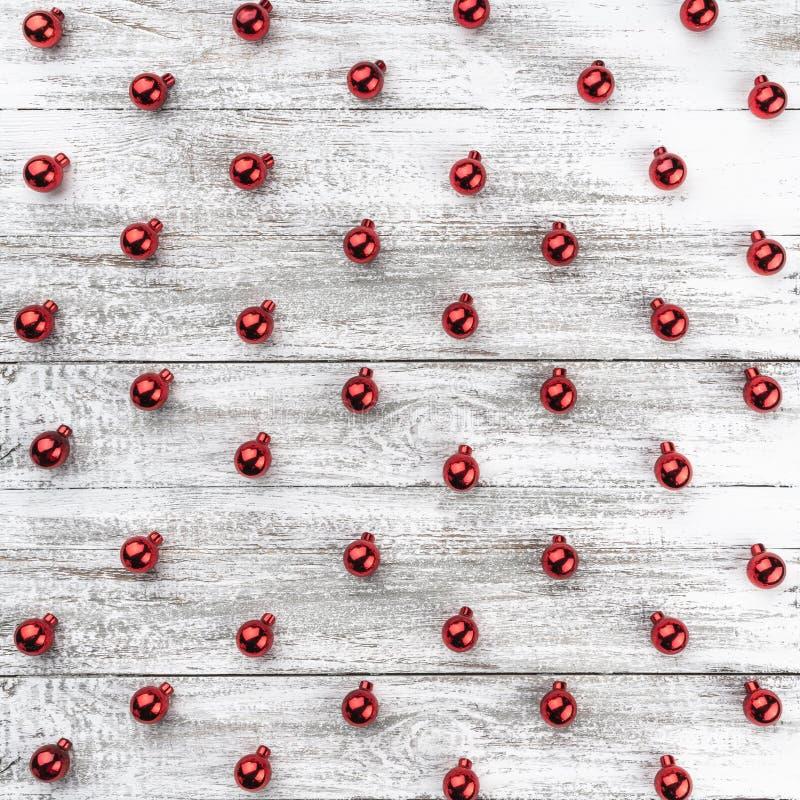 Stary drewniany bożego narodzenia tło czerwone baubles Odgórny widok Xmas kwadrata karta zdjęcia royalty free