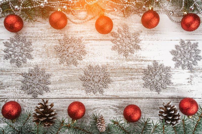 Stary drewniany bożego narodzenia tło Girlandy, baubles i płatek śniegu, jedlinowi gałąź rożki Xmas kartka z pozdrowieniami Odgór zdjęcie royalty free