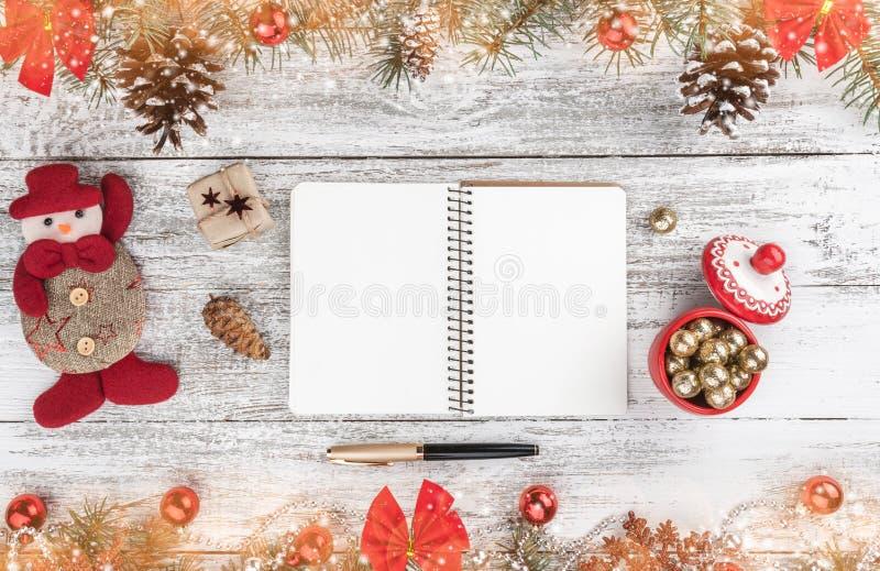 Stary drewniany bożego narodzenia tło Girlandy, baubles, płatek śniegu i inne wakacyjne rzeczy, jedlinowi gałąź rożki Xmas kartka fotografia stock