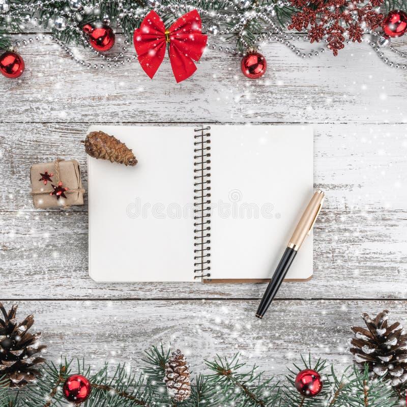 Stary drewniany bożego narodzenia tło Girlandy, baubles, płatek śniegu i inne wakacyjne rzeczy, jedlinowi gałąź rożki Xmas kartka zdjęcia stock