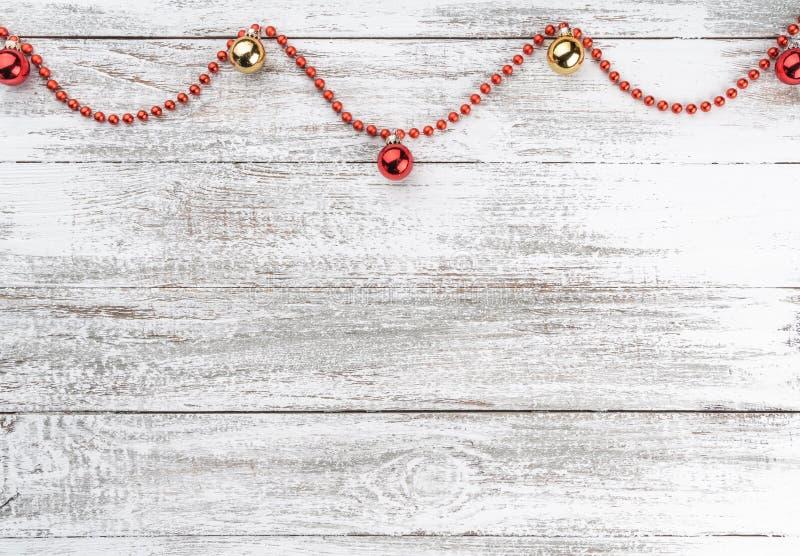 Stary drewniany bożego narodzenia tło Girlandy i czerwieni baubles Xmas kartka z pozdrowieniami Odgórny widok twój tekst kosmiczn fotografia stock