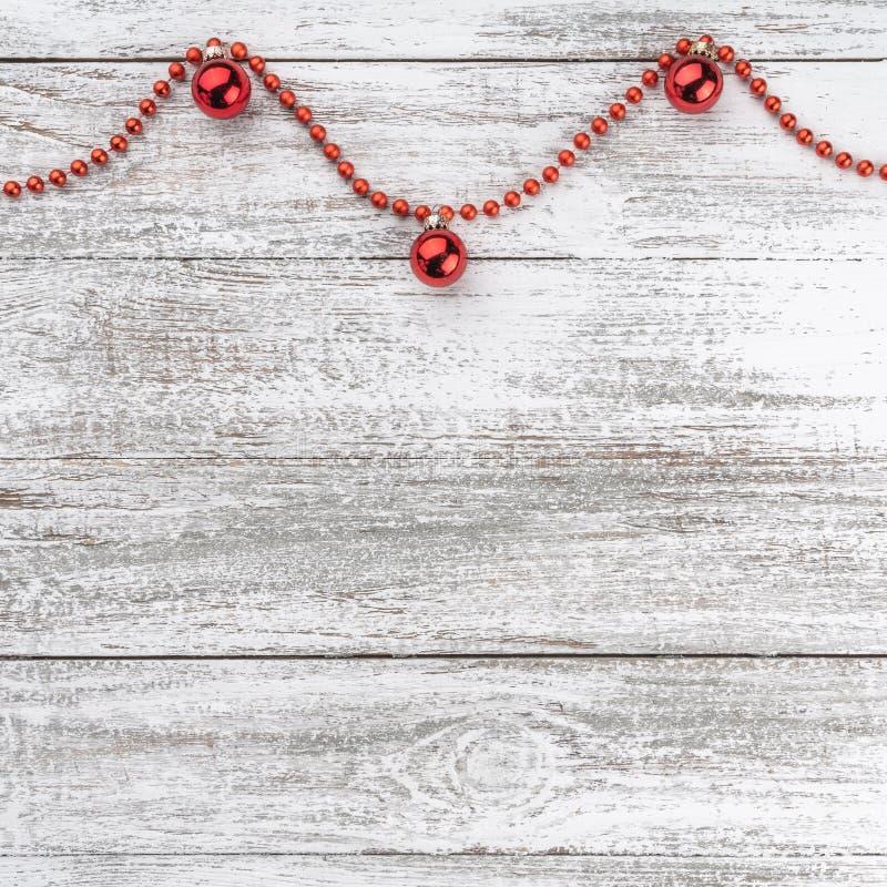 Stary drewniany bożego narodzenia tło Girlandy i czerwieni baubles Xmas kartka z pozdrowieniami Odgórny widok twój tekst kosmiczn obraz stock