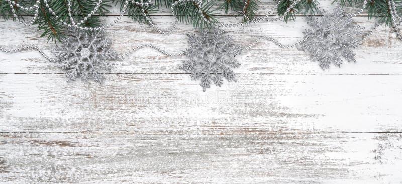Stary drewniany bożego narodzenia tło Girlandy i płatek śniegu jedlinowi gałąź rożki Xmas kartka z pozdrowieniami Odgórny widok zdjęcia royalty free