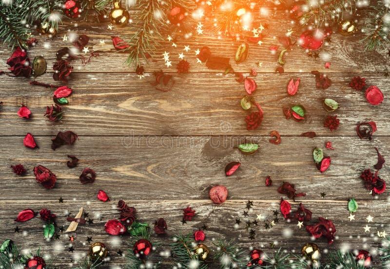 Stary drewniany bożego narodzenia tło Jodła rozgałęzia się z baubles i złoto gwiazdami Przestrzeń dla sercowatej Xmas teksta grat fotografia royalty free
