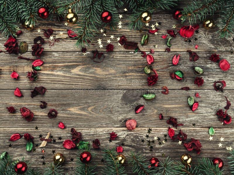 Stary drewniany bożego narodzenia tło Jodła rozgałęzia się z baubles i złoto gwiazdami Przestrzeń dla sercowatej Xmas teksta grat zdjęcie stock