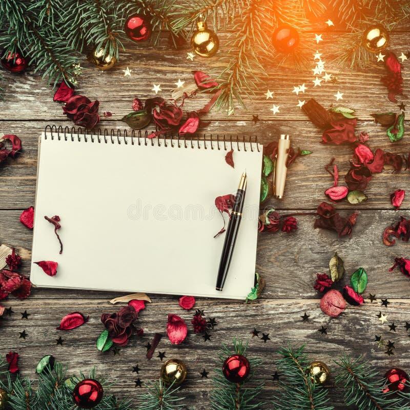 Stary drewniany bożego narodzenia tło Jodła rozgałęzia się z baubles i złoto gwiazdami Przestrzeń dla Xmas gratulacje teksta Odgó obrazy royalty free