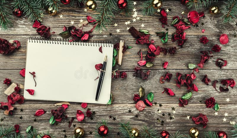 Stary drewniany bożego narodzenia tło Jodła rozgałęzia się z baubles i złoto gwiazdami Przestrzeń dla Xmas gratulacje teksta Odgó obraz stock