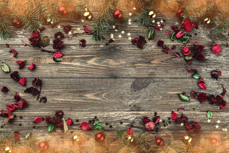 Stary drewniany bożego narodzenia tło Jodła rozgałęzia się z baubles i złoto gwiazdami Przestrzeń dla Xmas gratulacje teksta Kwia zdjęcia stock