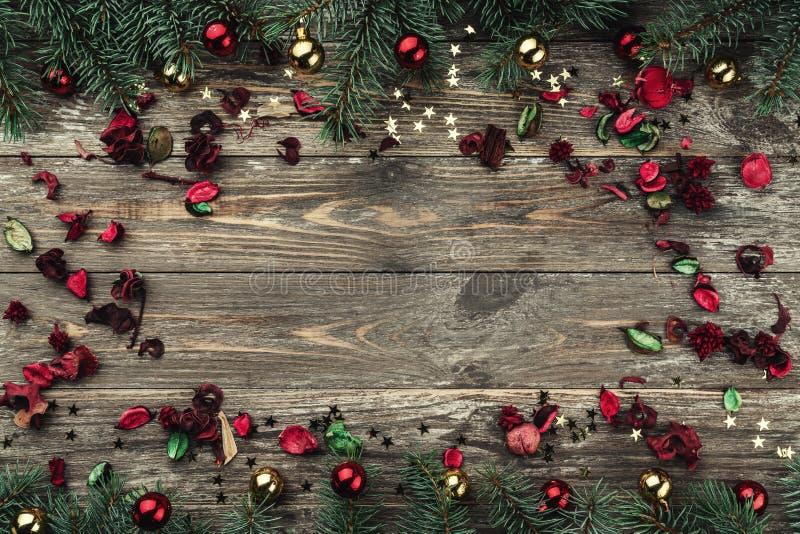 Stary drewniany bożego narodzenia tło Jodła rozgałęzia się z baubles i złoto gwiazdami Przestrzeń dla Xmas gratulacje teksta Kwia obraz royalty free