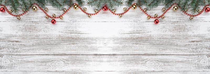 Stary drewniany bożego narodzenia tło Jodeł gałąź Złociści i czerwoni baubles girlandy czerwone karciany ilustraci wektoru xmas O obrazy royalty free