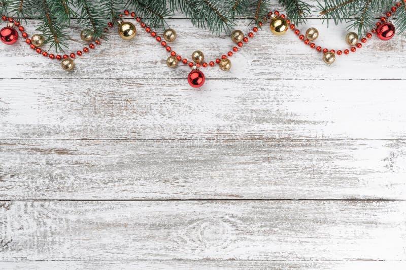 Stary drewniany bożego narodzenia tło Jodeł gałąź Złociści i czerwoni baubles girlandy czerwone karciany ilustraci wektoru xmas O zdjęcia stock