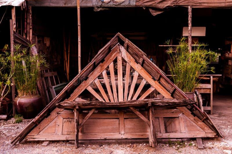 Stary drewniany dach w gara?u zdjęcia stock