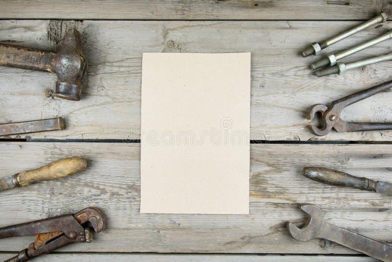 Stary drewniany desktop Starzy ośniedziali ciesielek narzędzia Pionowo mockup zdjęcie stock
