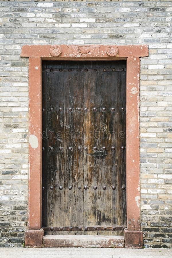 Stary drewniany drzwi i kamienna ściana z cegieł, zdjęcia stock