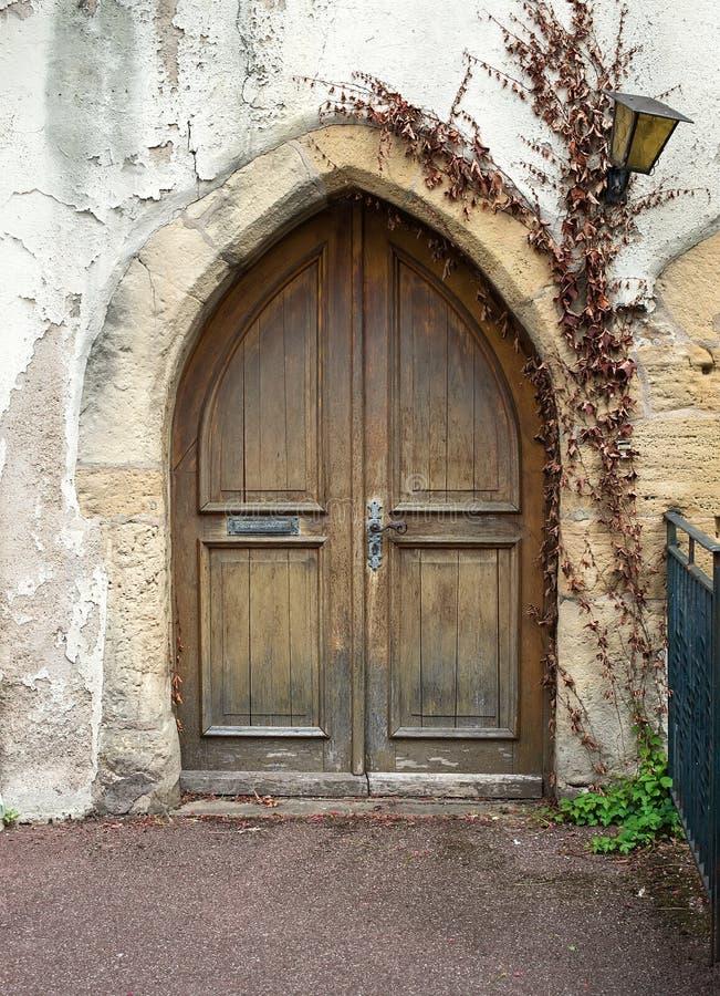 Stary drewniany drzwi od średniowiecznej ery zakłada w Alsace obrazy royalty free