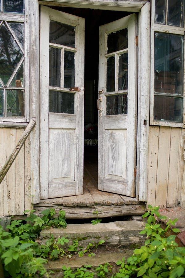 Stary drewniany drzwi, otwierający obrazy royalty free