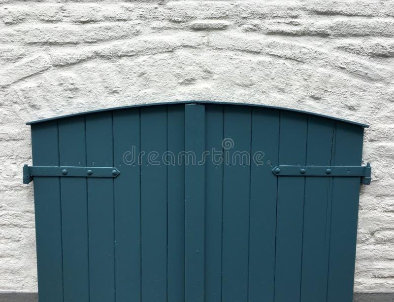 Stary drewniany drzwi piwnica z błękitną farbą fotografia stock