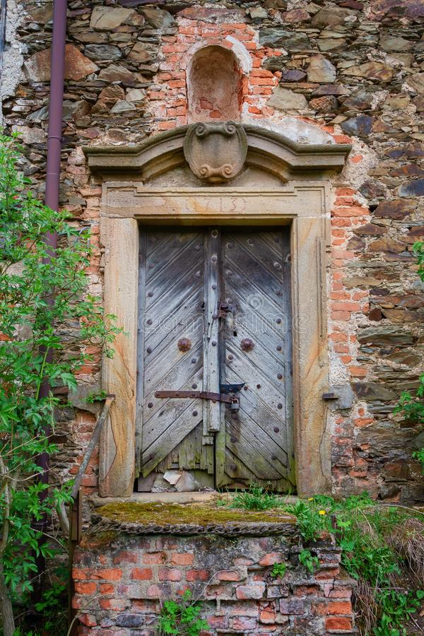 Stary drewniany drzwi w ?ciana z cegie? zdjęcie royalty free