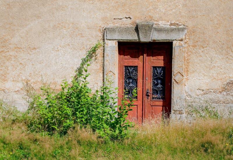 Stary drewniany drzwi w starej ścianie fotografia royalty free