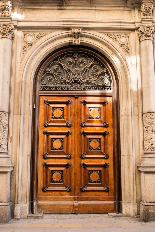 Stary Drewniany drzwi w Starym domu w Barcelona zdjęcia stock