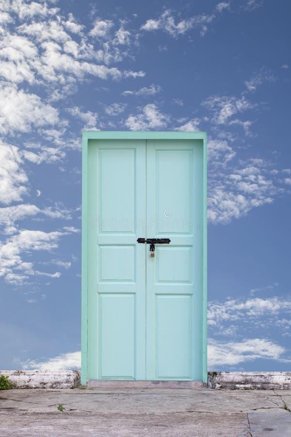 stary drewniany drzwi z niebieskiego nieba tłem fotografia stock