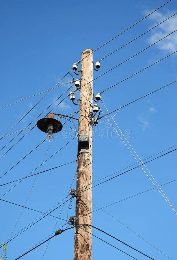 Stary drewniany elektryczny poczta władzy słup kreskowa władza Drewniany Oszczędnościowy słup z żarówką zdjęcie royalty free