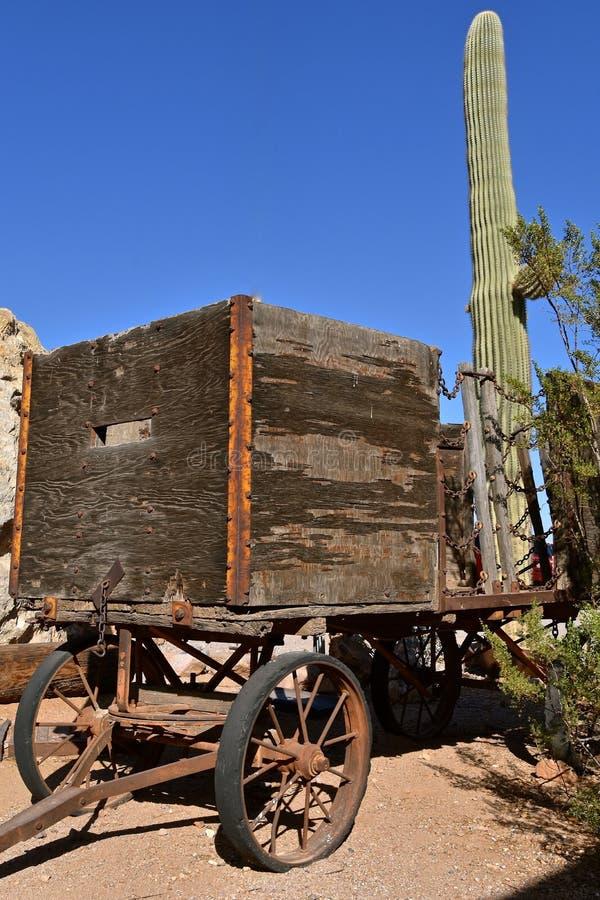 Stary drewniany furgon i przyczepa kaktusowym drzewem obraz royalty free
