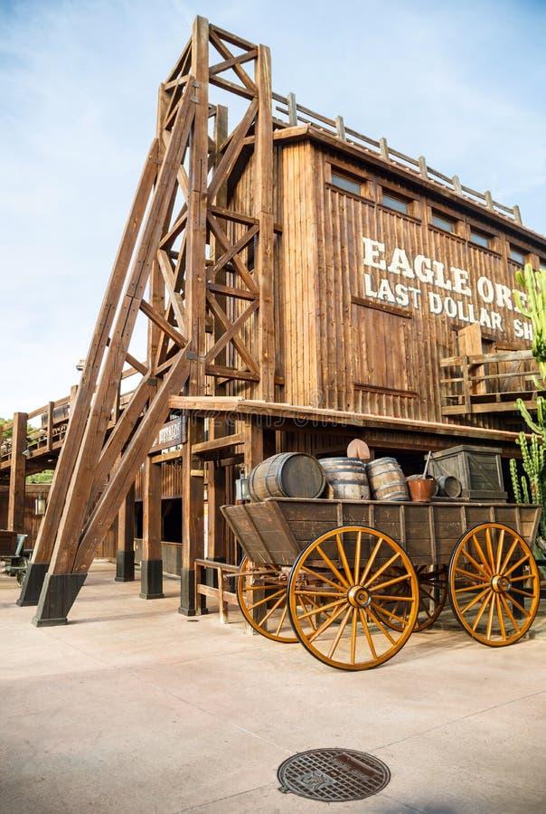 Stary drewniany furgon w Dalekim Zachodnim terenie parka tematycznego port Aventura w mieście Salou, Hiszpania zdjęcie royalty free