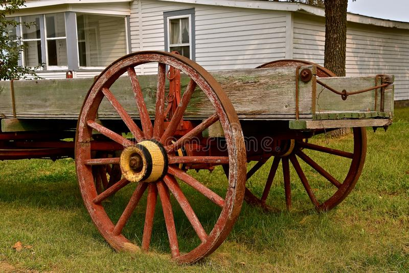 Stary drewniany furgon z spoked kołami obraz royalty free