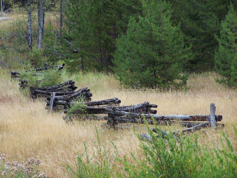 Stary drewniany gospodarstwa rolnego ogrodzenie sceniczny zdjęcia stock