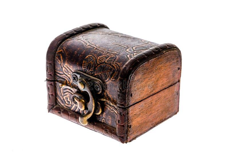 Stary drewniany klatki piersiowej biżuterii pudełko zamykał odosobnionego na białym tle obraz stock