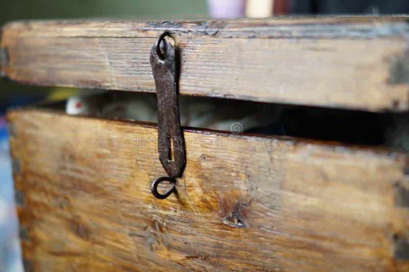 Stary drewniany klatki piersiowej keyhole odchylony fotografia royalty free
