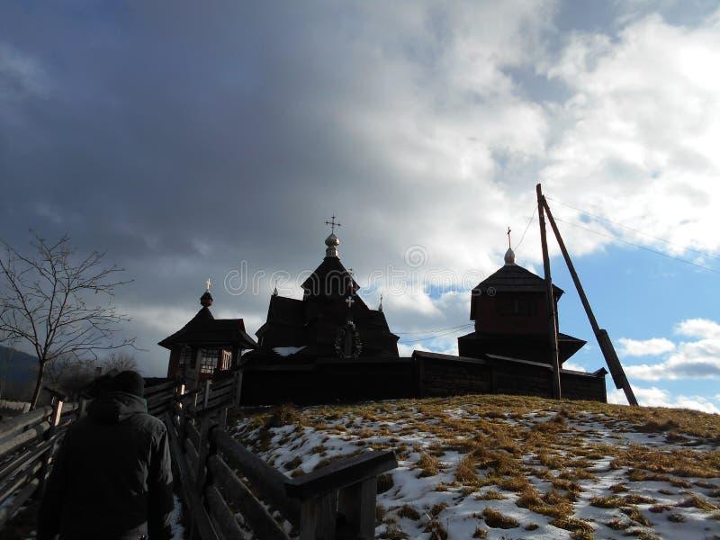 Stary drewniany kościół w zmroku Górska wioska obrazy royalty free