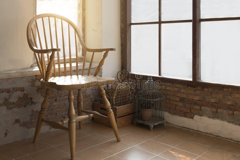 Stary drewniany krzesło rocznik przy salowym balkonem fotografia stock
